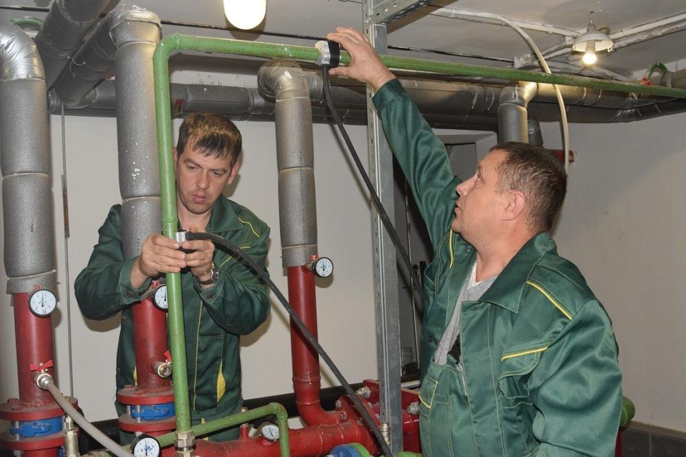 Специальный инструмент позволяет быстро ремонтировать трубы в домах, обслуживаемых Группой компаний «Тополинка»