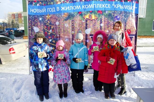 Победители одного из конкурсов получили сладкие подарки.