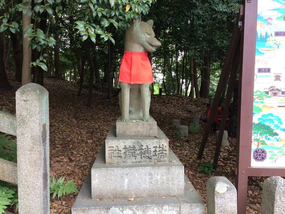 В храме Инари - множество статуй лис, и практически на каждой можно заметить какую-либо одежду.