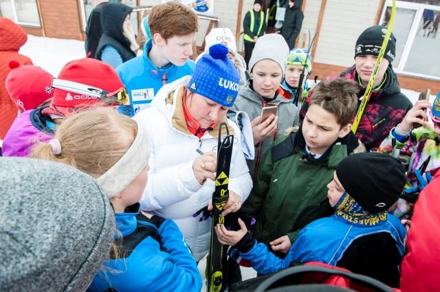 Знаменитая Елена Вяльбе раздает автографы на лыжном стадионе «Тирвас» Знаменитая Елена Вяльбе раздает автографы на лыжном стадионе «Тирвас».