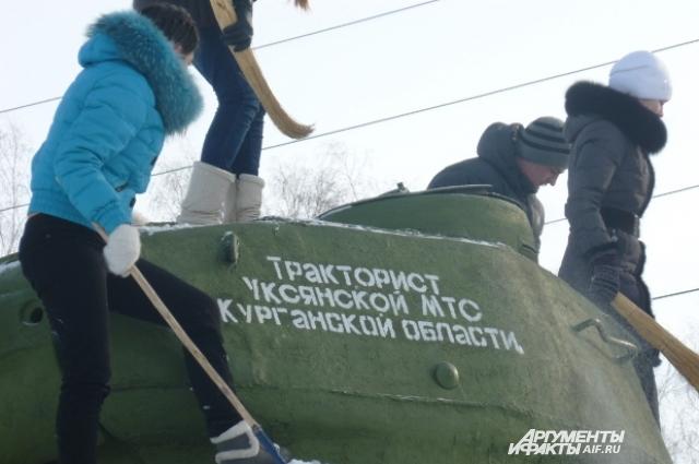 Школьники местной школы ухаживают за своей гордостью — танком.