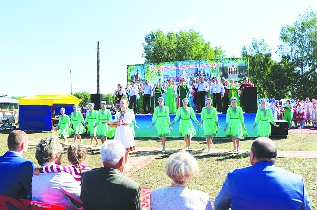 В день Любинского района на открытой сцене состоялся концерт.