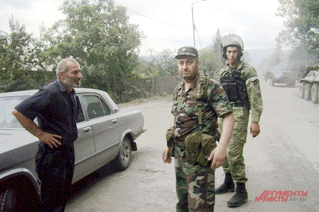Виталий Калоев с президентом Южной Осетии Эдуардом Кокойты в центре Джавы. Третий в кадре – ополченец югоосетинских вооруженных сил. 9 августа 2008 г.