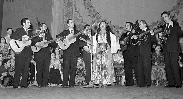 Ляля Черная исполняет цыганские романсы в Театре Эстрады, 1960 г.