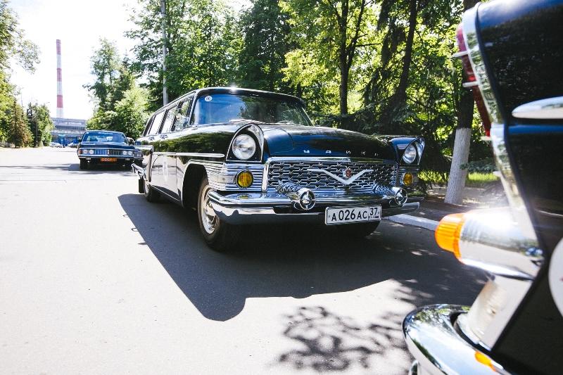 1Знаменитый представительский легковой автомобиль «Чайка».