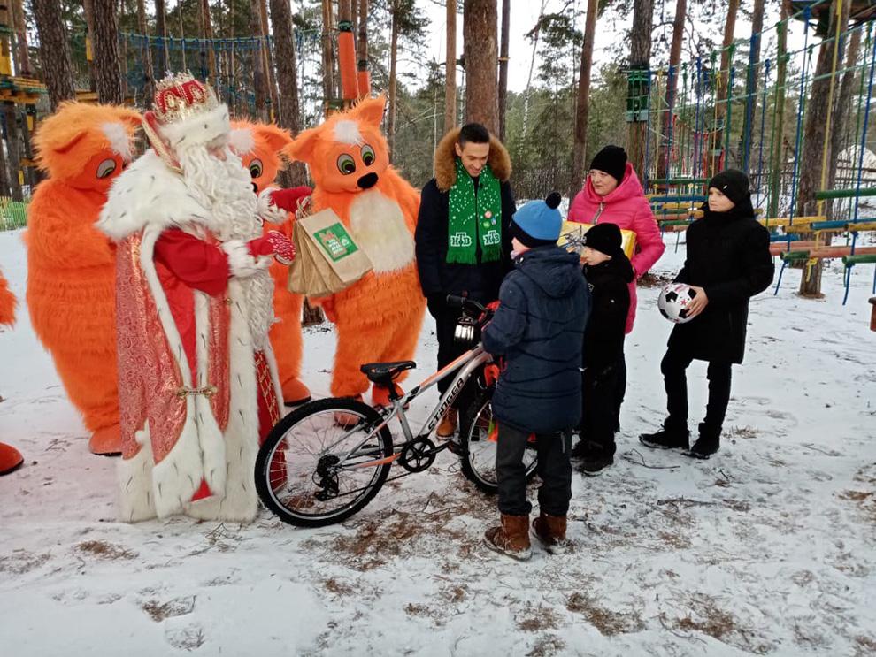 Семье Чернышевых зимний волшебник подарил спортинвентарь.