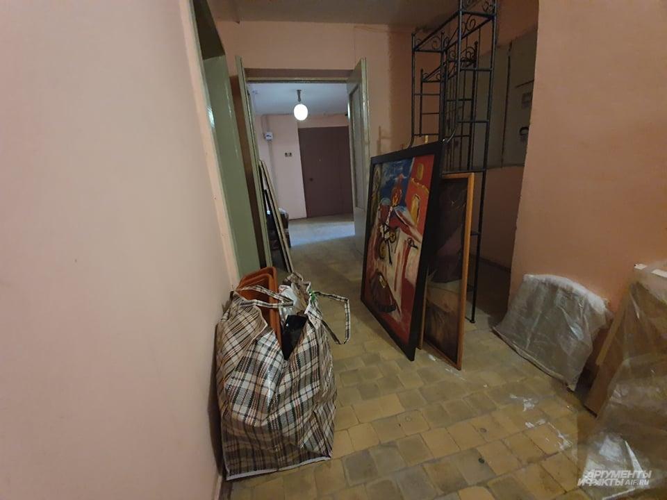 Родственники вывозят вещи Антона со съемной квартиры