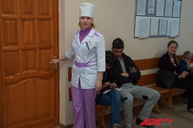 Медсестра приходит в кабинет врача задолго до начала приёма