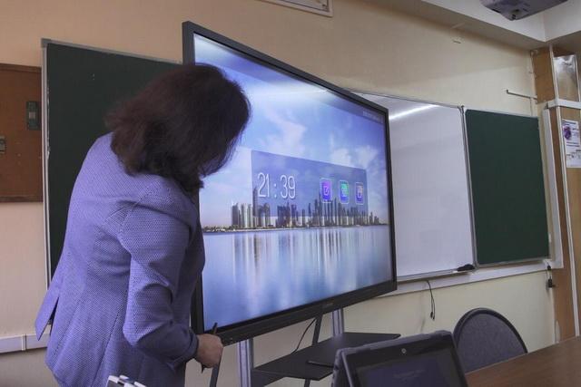 Учителя осваивают новую технику.