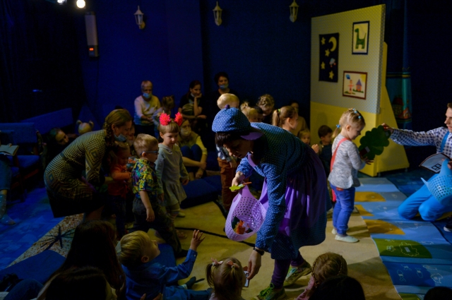 Малыши осваивают театральное пространство.