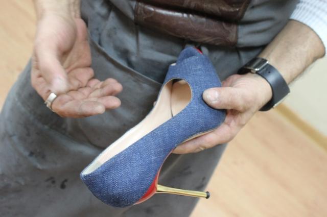 Дизайнер предпочитает делать обувь мужскую, но иногда шьет и для женщин.