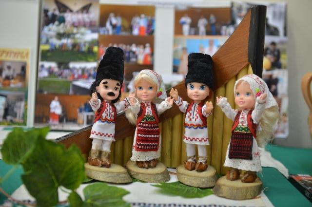 Куклы в национальный молдавских костюмах- часть экспозиции выставки в ДК.