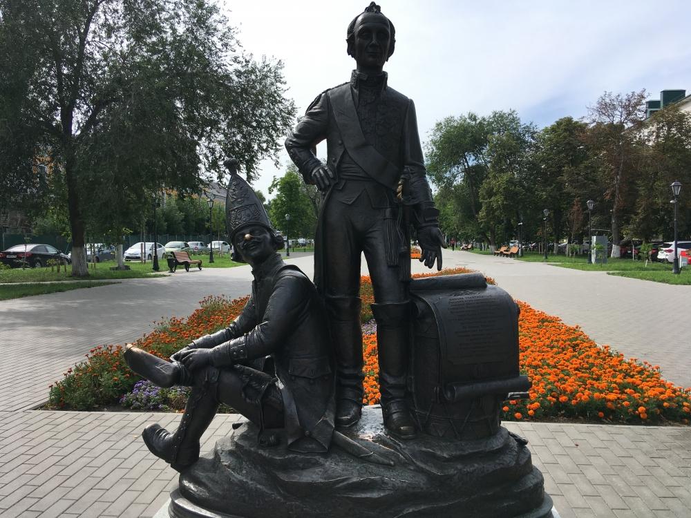 Памятник «Пензяк толстопятый». Говорят, чтобы быть здоровым и счастливым, надо потереть палец на ноге смекалистого «пензяка».