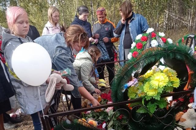 Игрушки, которые киселевчане приносили к школе, разложили на могилах подружек.