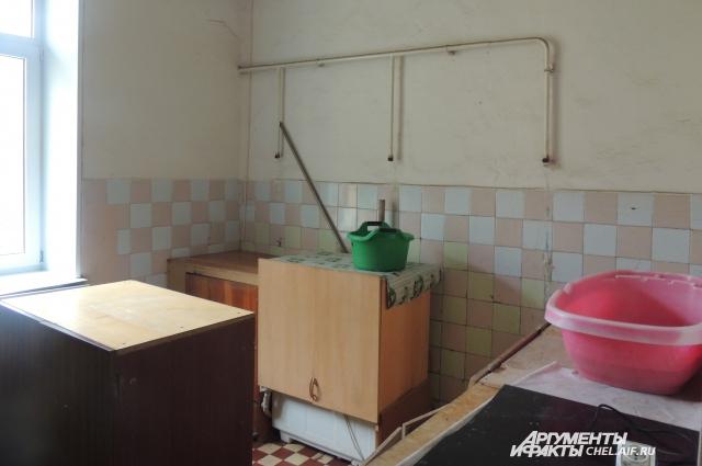 Кухня давно превратилась в постирочную, плиты отрезаны.