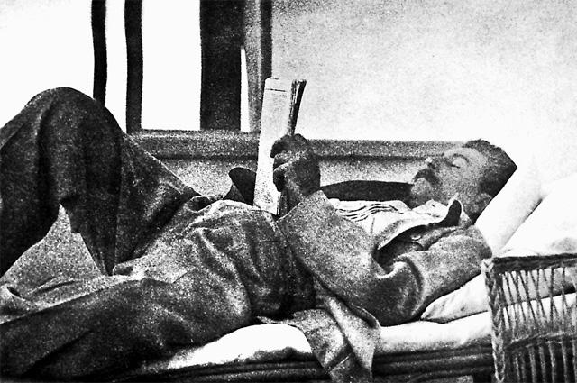Сталин читает газету на отдыхе