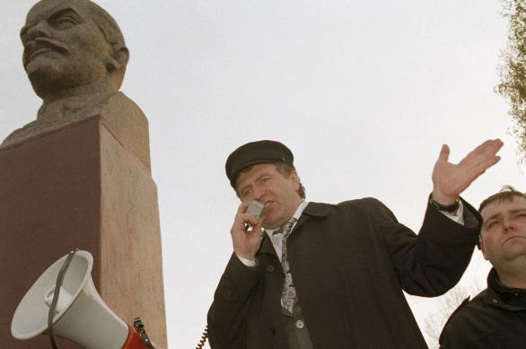 Лидер ЛДПР Владимир Жириновский выступает на митинге перед жителями города Гаврилов-Ям во время предвыборной поездки, 1991 год