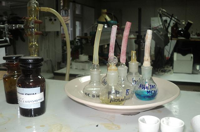В лаборатории имеется все необходимое для химических анализов.