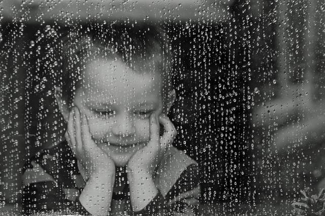 Безопасным для ребенка может быть только полностью закрытое окно, которое не смогут открыть дети самостоятельно.