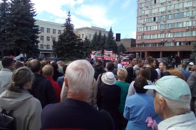 Володарцы уже второй раз выходят на митинг с надеждой, что власти их услышат и помогут разрешить конфликт.