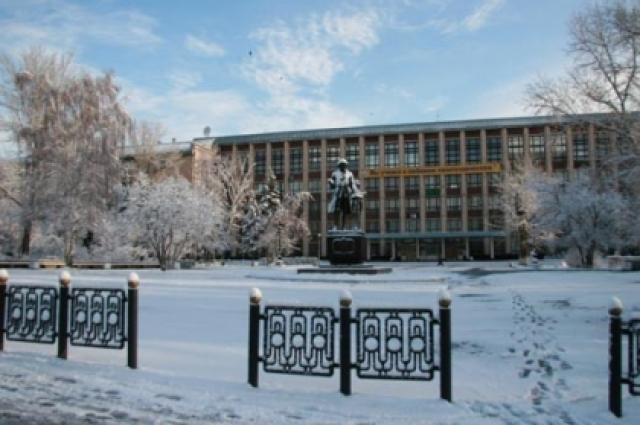 Площадка перед АлтГТУ им. И. Ползунова.