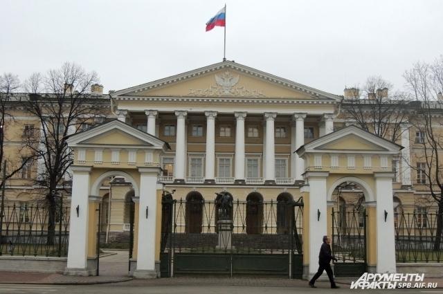 Смольный был штаб-квартирой большевистского правительства.