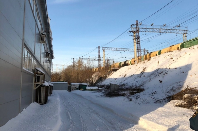 Здание построили в полосе отвода железной дороги, где запрещено размещать подобные объекты.