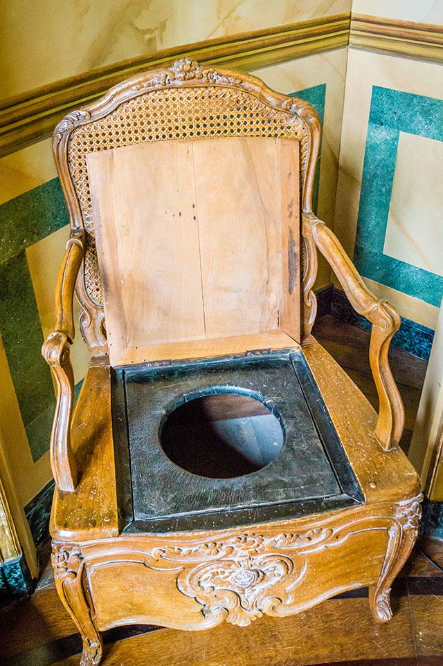 Туалет в старинном замке, Франция.