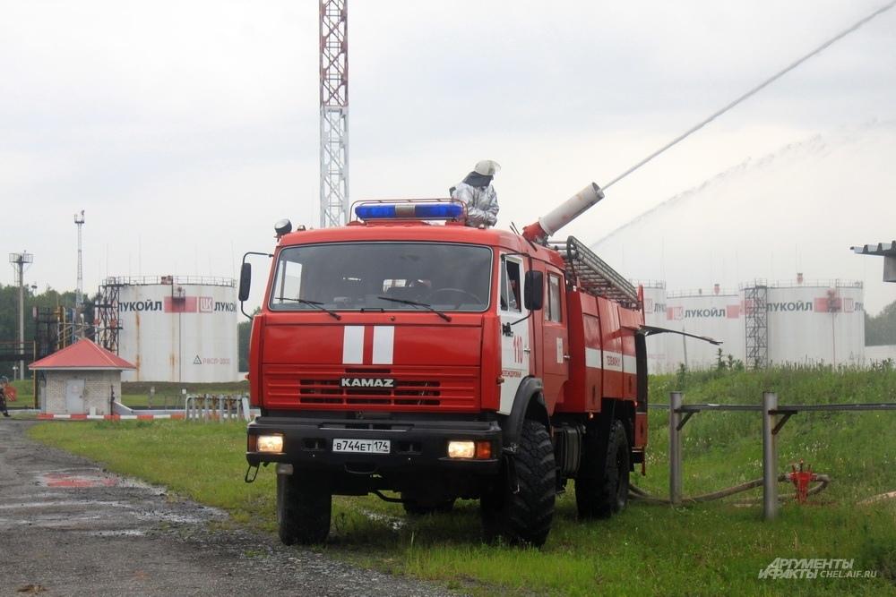 Один из расчетов по решению штаба пожаротушения направляется для защиты соседнего резервуара, чтобы не допустить его деформации.