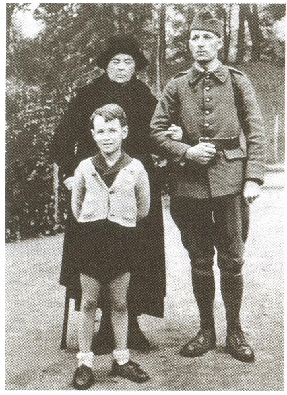 Жена Колчака Софья с сыном Ростиславом и внуком Александром. Франция, 1939 год.