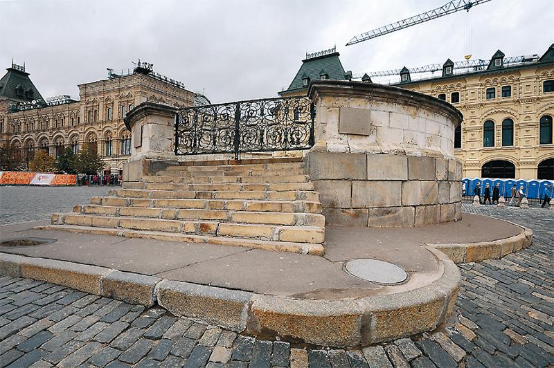 С Лобного места на Красной площади оглашали царские указы