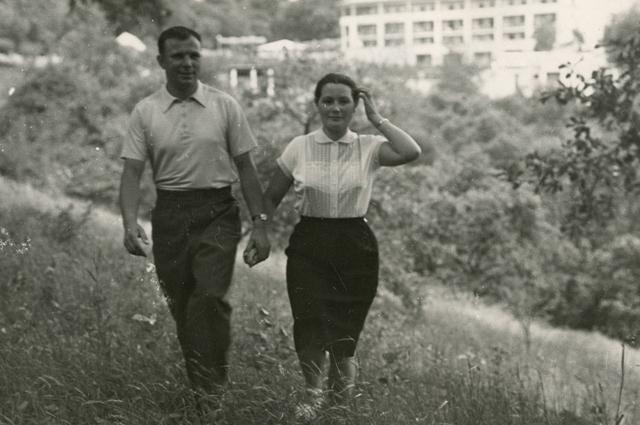 Юрий Гагарин с женой.