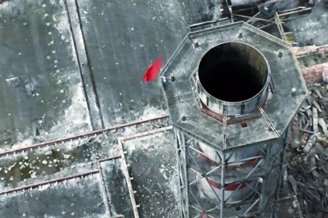 Водружение флага СССР на трубу Чернобыльской АЭС.