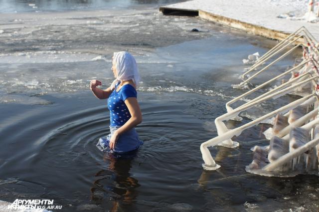 Верующие каждый год окунаются в ледяную воду.