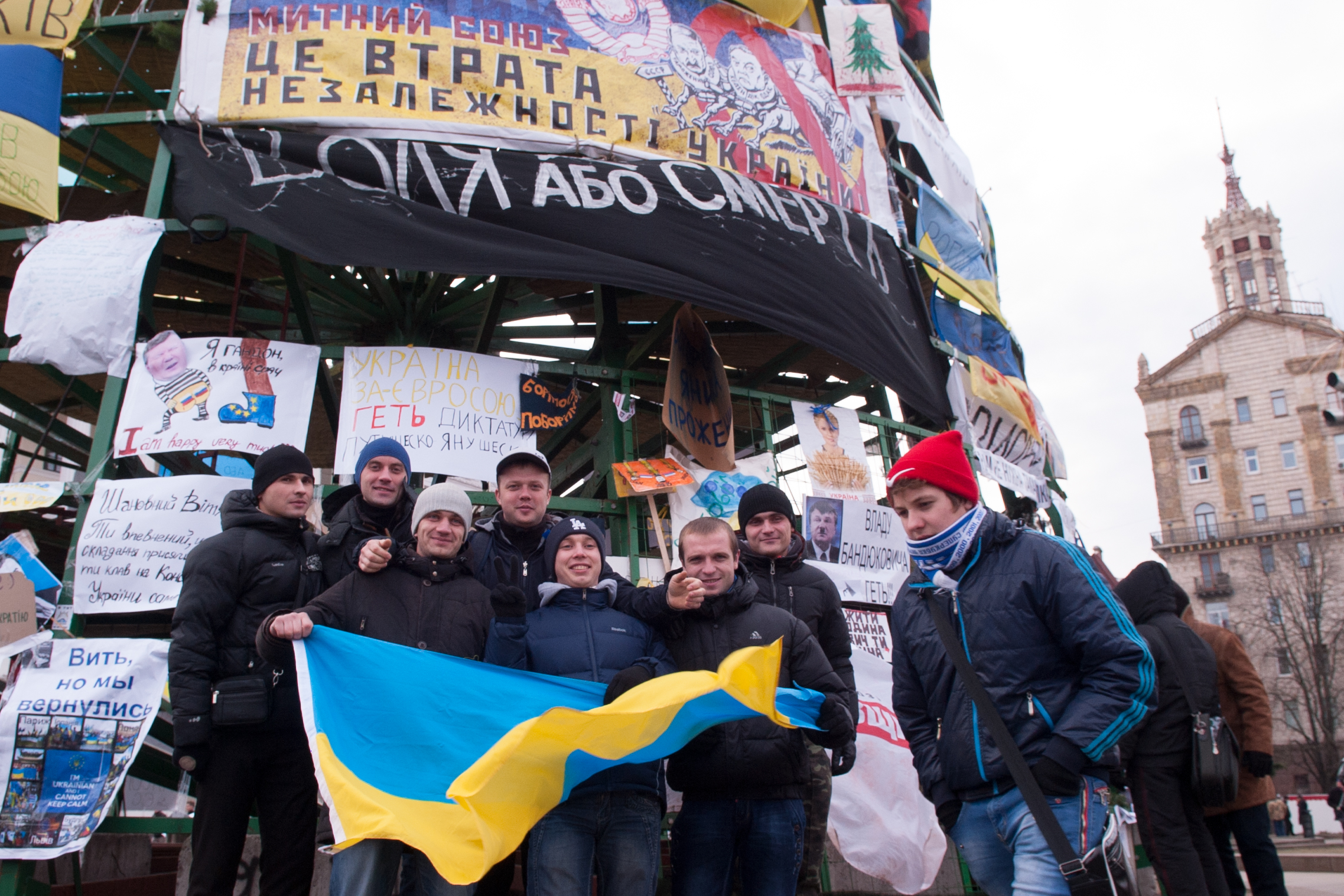 Студенты киевских вузов во время акции за дальнейшую интеграцию Украины в Евросоюз на площади Независимости в Киеве