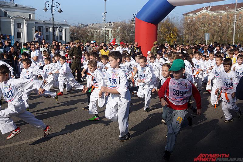 Первыми на старт вышли юные горожане, пробежавшие километровую дистанцию