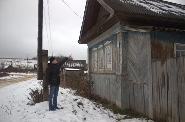 Инспекторы внимательно осматривают дома, замечая провода, которые ведут от линии электропередачи под крыши домов.