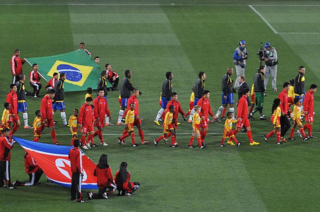 Сборная Северной Кореи выходит на матч против Бразилии на ЧМ-2010 в ЮАР.