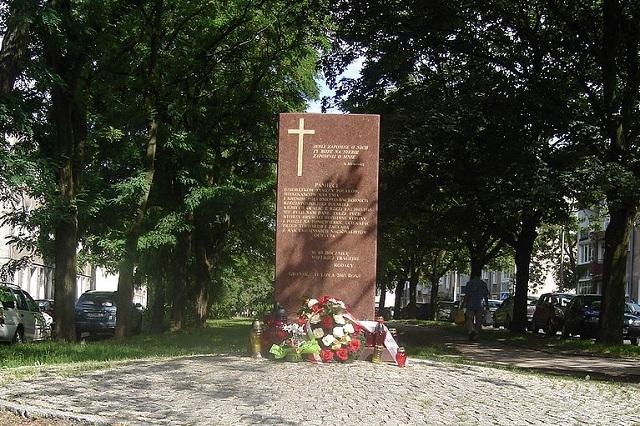 Гданьск. Памятник полякам, уничтоженным ОУН — УПА на Волыни и в восточной Польше в 1943—1945 годах.