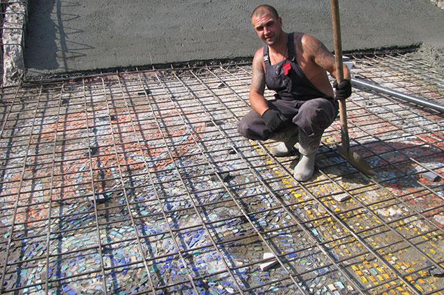 Рабочие уже уложили на мозаику арматуру.