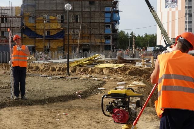 Камчатские студенты заняты на строительстве города Циолковский, предназначенного для будущих специалистов и обслуживающего персонала космодрома.