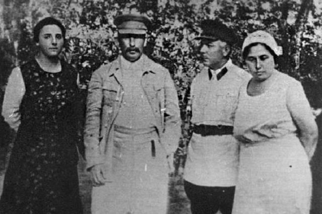 Иосиф Сталин с женой Надеждой Аллилуевой и Климент Ворошилов и женой Екатериной.