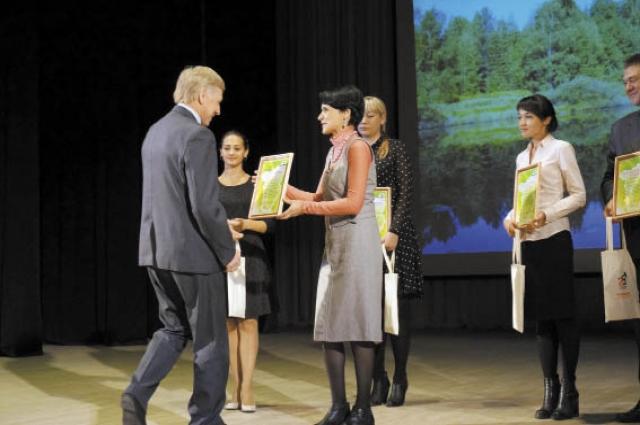 Михаилу Ходяшеву, главному экологу завода, вручили благодарственное письмо.
