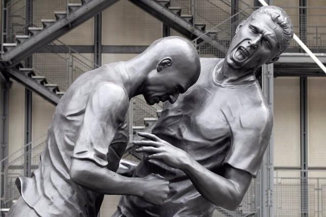 Скульптура  Зинедина Зидана и Марко Матерацци.