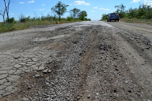 Местами асфальт вообще исчезает. Дорога - словно вспаханное поле, засыпанное камнями.