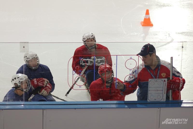 Тренер объясняет тактику перемещения игроков по площадке