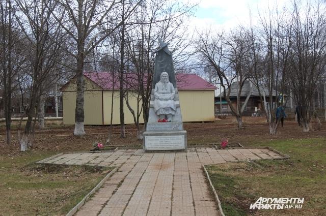 Памятник Матрёне Яковлевой стоит в центре в села Буб.