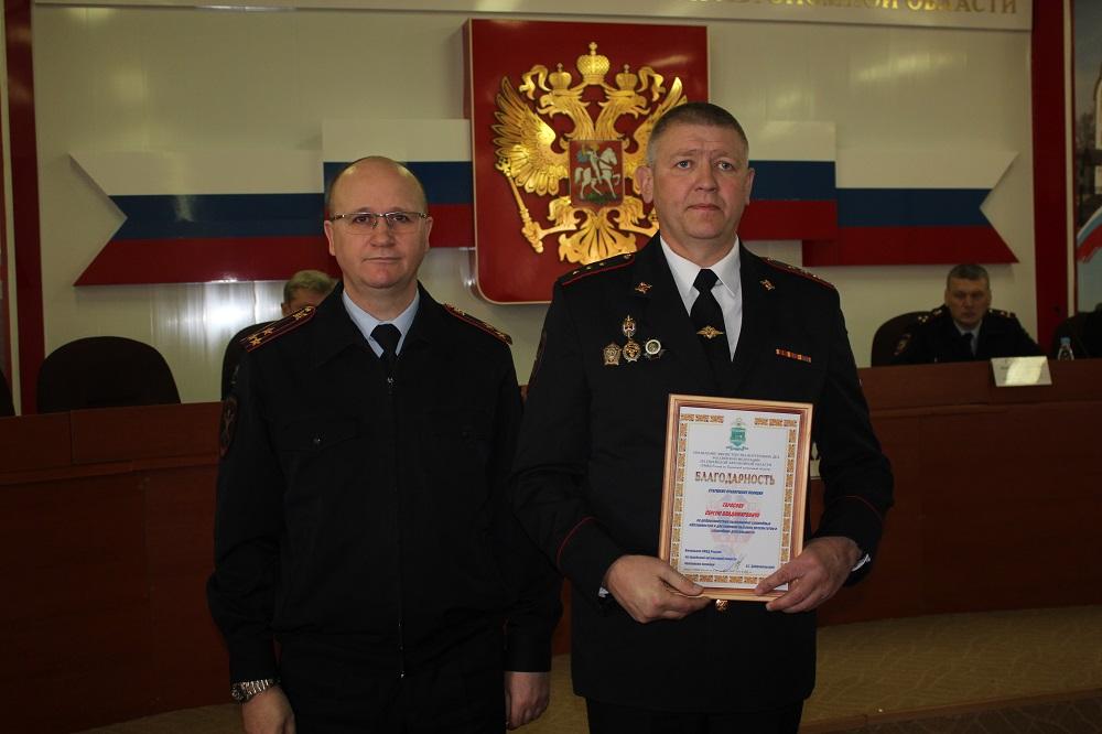 За образцовое исполнение служебного долга Сергей Тарасов (справа) получил благодарность