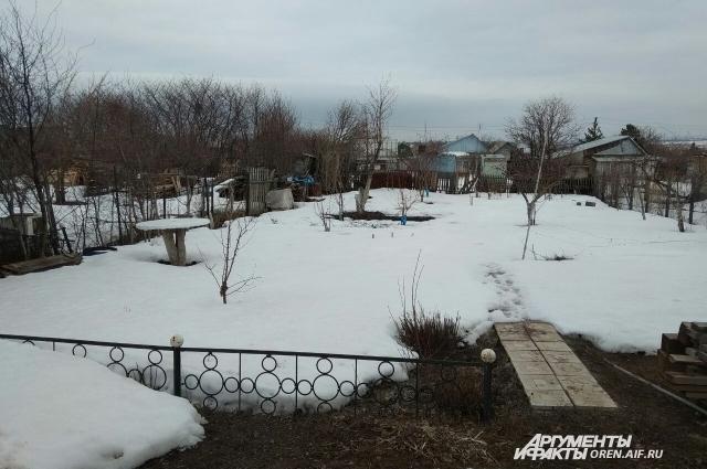 На дачах снег тает намного медленнее, чем в городе.