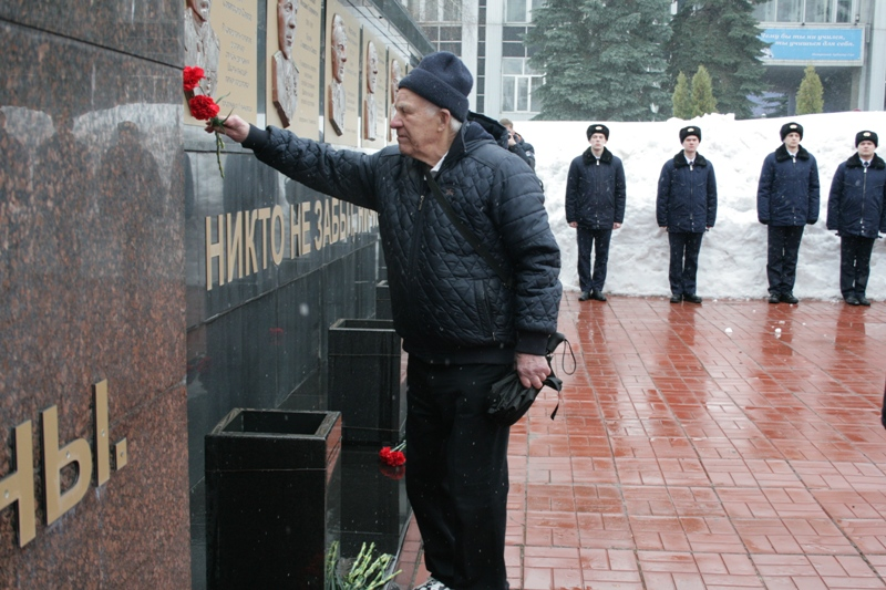 Цветы к памятнику возлагают ветераны УИ ГА.
